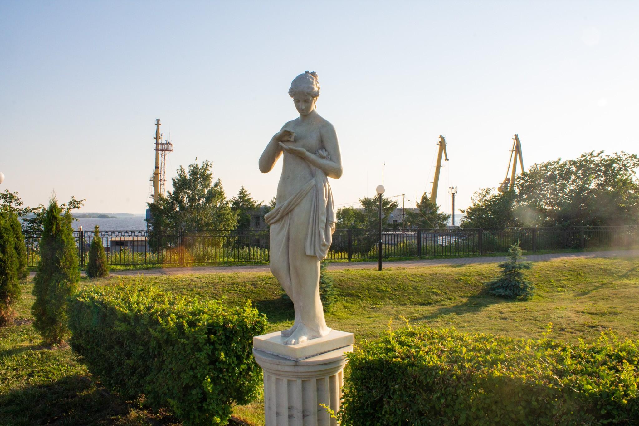 Скульптура «Венера с бабочкой» на аллее скульптур музея «Эрмитаж Выборг»